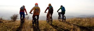Eine-Gruppe-von-Mountainbikern-bereit-für-einen-Lauf