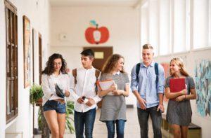 Jugendliche Studenten High School Hall Campus Schulgelände in der Schule USA Kalifornien California